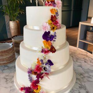 Bruidstaart met eetbare bloemen