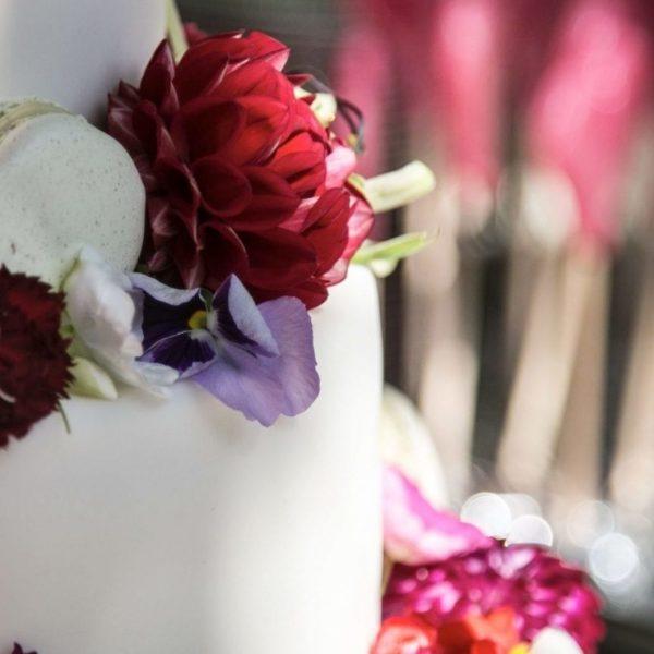 bruidstaart verse bloemen